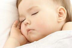 gullig hand för kindbarn hans sömn under royaltyfria foton
