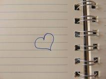 Gullig hjärta som dras i anteckningsbok Royaltyfria Bilder