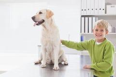 Gullig hund med dess gladlynta ägare Arkivfoto