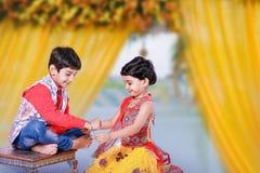 Gullig indisk barnsyskongrupp som firar bandhan festival för raksha arkivfoton