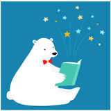Gullig isbjörn som läser en bok Royaltyfri Fotografi