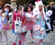 Gullig japan Lolita Fashion Girls Posing i parkera -- gulliga flickor, modeflickor, lolitaflickor, cosplay flickor Arkivbild