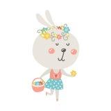 Gullig kanin med korgen och blommor Royaltyfri Foto