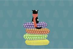 Gullig katt i en halsduk som sitter på kuddar royaltyfri illustrationer