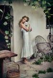 gullig klänningwhitekvinna royaltyfri bild