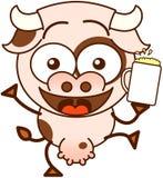 Gullig ko som firar med öl Royaltyfria Foton