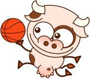 Gullig ko som spelar basket Royaltyfria Bilder