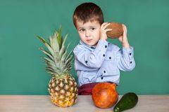 Gullig kokosn?t och le f?r pysinnehav royaltyfria bilder