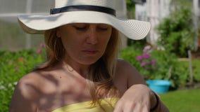 Gullig kvinna för stående i sugrörhatt som äter upp smakligt jordgubbeslut lager videofilmer