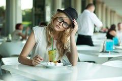 Gullig kvinna i en cafe Arkivbilder