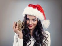 Gullig kvinna i Santa Hat med den guld- snöflingan arkivbilder