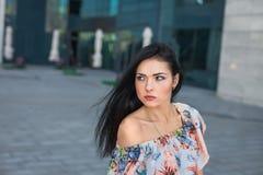 Gullig kvinna i stad Royaltyfri Foto