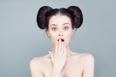 Gullig kvinna med den öppna munnen Royaltyfri Foto