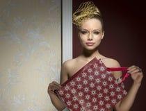 Gullig kvinna med gåva- och xmas-smink Fotografering för Bildbyråer