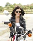 Gullig kvinna på en motorcykel Royaltyfria Bilder