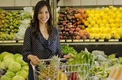 Gullig kvinna på livsmedelsbutiken arkivfoto