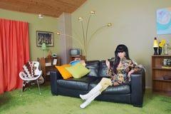 Gullig kvinna på soffan arkivfoto