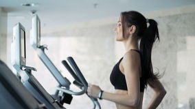 Gullig kvinna som övar i idrottshallen stock video