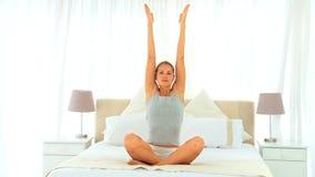 Gullig kvinna som gör yoga lager videofilmer