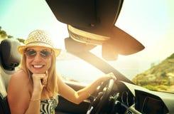 Gullig kvinna som kör den konvertibla bilen Royaltyfri Foto