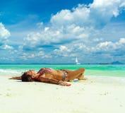 Gullig kvinna som kopplar av på den tropiska stranden för sommar Vit sand, b Arkivfoto