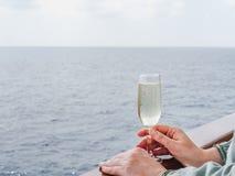Gullig kvinna som rymmer ett härligt exponeringsglas av champagne royaltyfri fotografi
