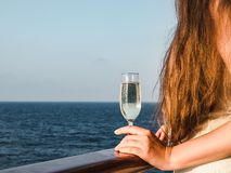 Gullig kvinna som rymmer ett härligt exponeringsglas av champagne royaltyfri foto