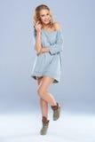 Gullig kvinna som slitage den långa skjortan, medan posera Arkivbild