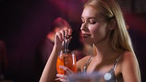 Gullig kvinna som tackar bartendern för drink i nattklubb stock video