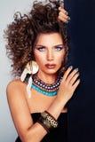 Gullig kvinnamodell Permed hår, makeup, tillbehör royaltyfri bild