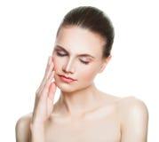 Gullig kvinnaSpa modell med isolerad sund hud Arkivfoto