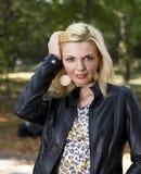 Gullig kvinnastående fotografering för bildbyråer