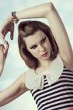 Gullig kvinnlig modetappningstående royaltyfri foto