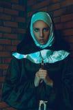 Gullig kvinnlig munk som ser kameran Royaltyfri Fotografi