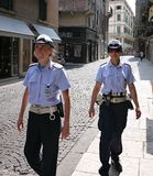 Gullig kvinnlig polis två på patrull på gatorna av de historiska gatorna av den forntida staden av Verona Italy arkivbilder