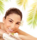 Gullig kvinnlig som tycker om massage på stranden Royaltyfri Foto