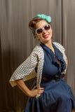 Gullig latina kvinnlig i prickig tröja för polka arkivfoto