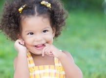 Gullig latinamerikansk flicka med afro skratta för frisyr Royaltyfria Bilder