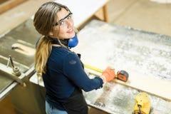 Gullig latinamerikansk kvinna som gör någon träverk royaltyfri bild