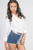 Gullig le brunettkvinna i flott vit dress arkivfoto