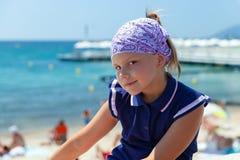 Gullig le Caucasian liten flicka fotografering för bildbyråer