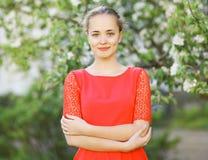 Gullig le flicka för stående i röd klänning i natur Arkivfoton