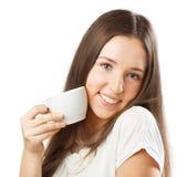Gullig le flicka med en kopp royaltyfri fotografi