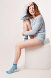 Gullig le kvinnlig i blå blus och underbyxor Arkivfoton