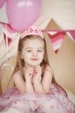 Gullig le liten flicka i rosa prinsessa Royaltyfri Bild