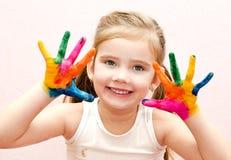 Gullig le liten flicka med händer i målarfärg arkivbilder