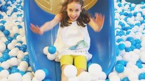 Gullig le liten flicka som har gyckel arkivfilmer