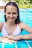 Gullig le preteen flicka på simbassängkanten Lopp semester, barndom arkivfoton