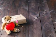 Gullig leksakbjörn med röd hjärta Fotografering för Bildbyråer