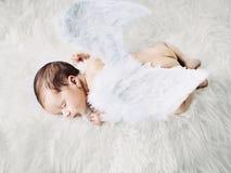 Gullig liten ängel under en ta sig en tupplur Arkivbilder